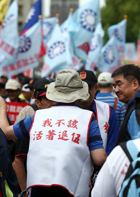 立院審查軍人年改法案,八百壯士發出動員令在立院群賢樓外集結抗議。 圖/聯合報系資...