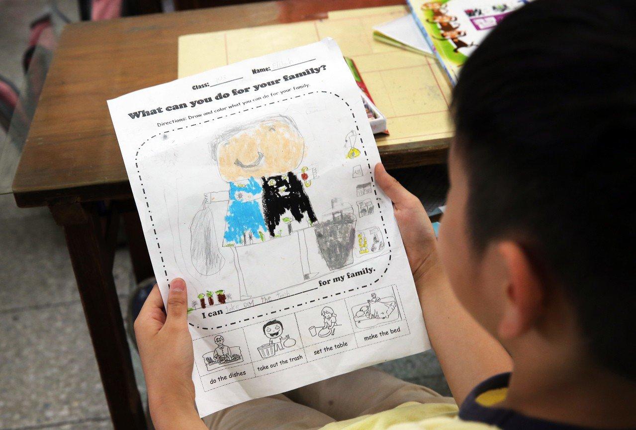 陳超明說,小學老師應該改變教學方式,利用早自習5分鐘至10分鐘,讓學生每天讀英文...