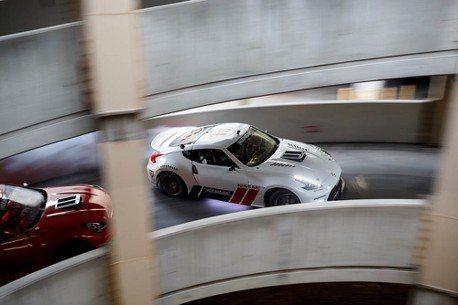 重現東京甩尾裡的停車場飄移!兩台370Z編織出美妙的樂章