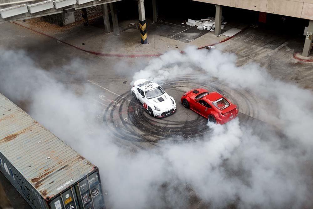 最後兩台車原地甩起了甜甜圈特技。 摘自TheHoonigans