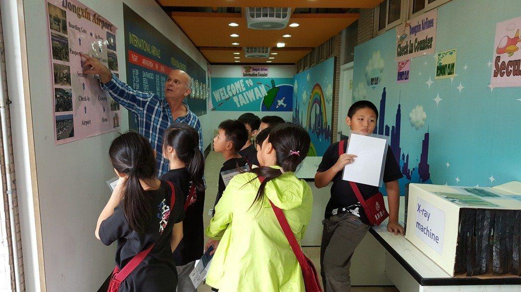 北市南港區東新國小的英語情境教室。圖/東新國小提供