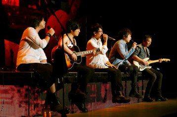 五月天「人生無限公司」巡演昨晚來到瀋陽站,在台上閒聊時,阿信提到:「這些年變化說大也滿大的,因為團裡有4個人夫了。」隨後阿信也說,若要說變化小也滿小的,因為團員都沒有異動,「我們5個人沒變,這不是好...
