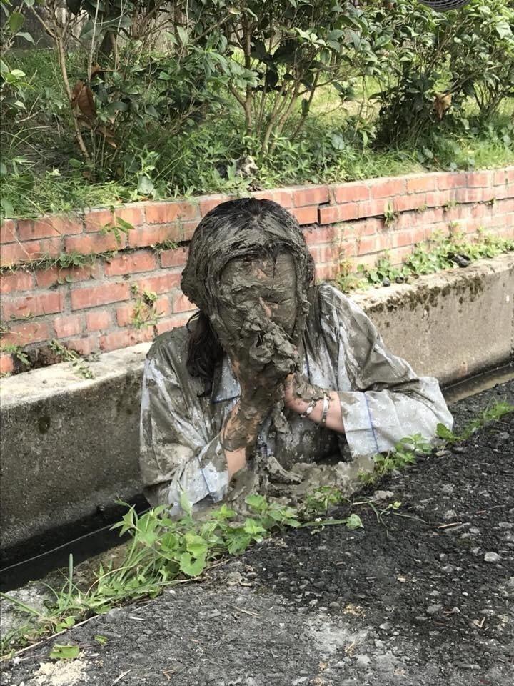 鄭仲茵拍戲敬業將泥巴抹全臉非常犧牲  圖/摘自臉書