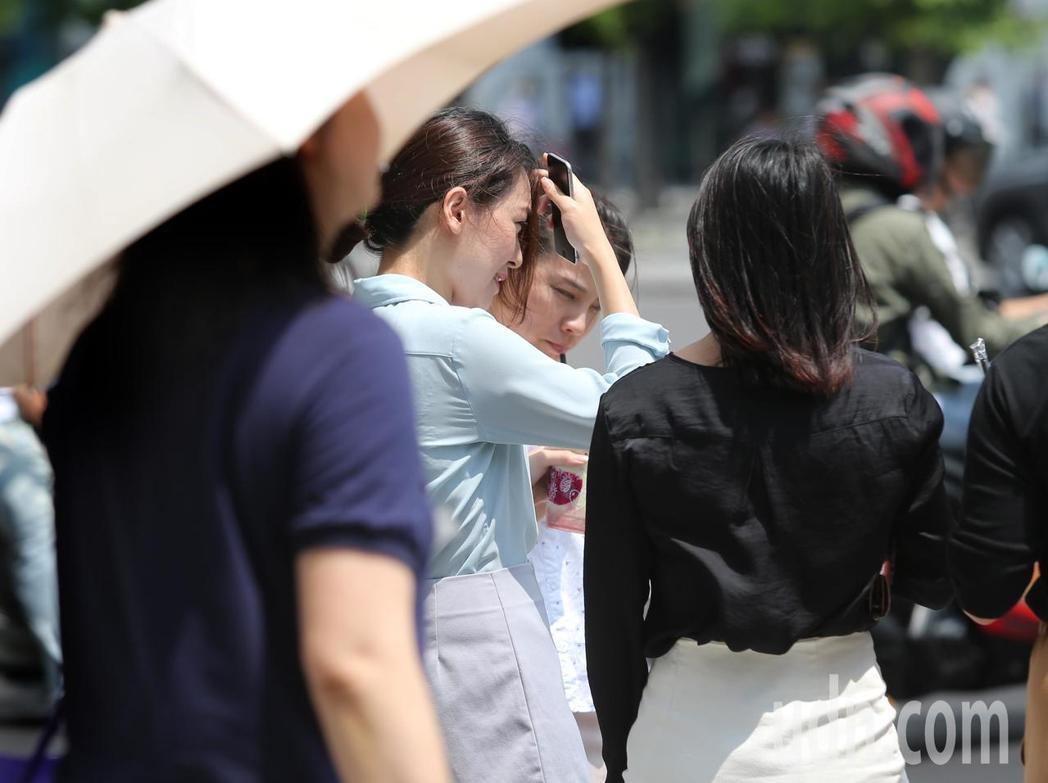 台北27日已飆出攝氏38.2度高溫。圖/本報資料照片