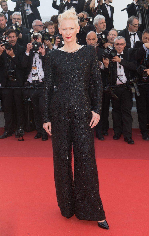 蒂妲史雲頓去年出席坎城影展70周年慶祝活動,也穿著香奈兒連身褲裝。圖/香奈兒提供