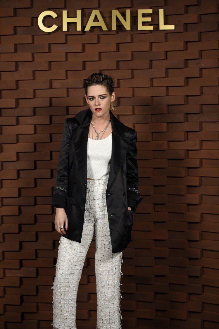 身為香奈兒品牌大使與香水代言人,克莉絲汀史都華褲裝造型充分發揮香奈兒女士的自信與...