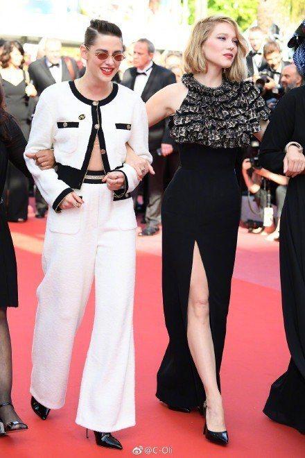 克莉絲汀史都華特別選穿了香奈兒2019度假系列白色喀什米爾斜紋軟呢飾以黑色滾邊套...