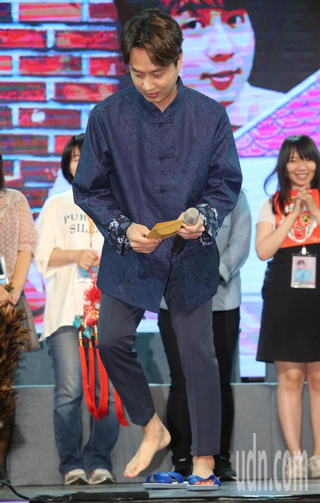 韓男團神話成員李先鎬(圖)下午與粉絲見面,粉絲們送上各式跟「家」有關的禮物,其中