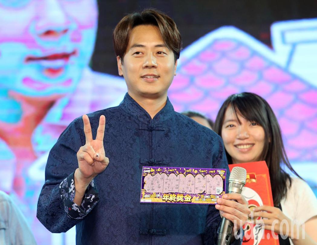 韓男團神話成員李先鎬(左)下午與粉絲見面,粉絲們送上各式跟「家」有關的禮物,其中...