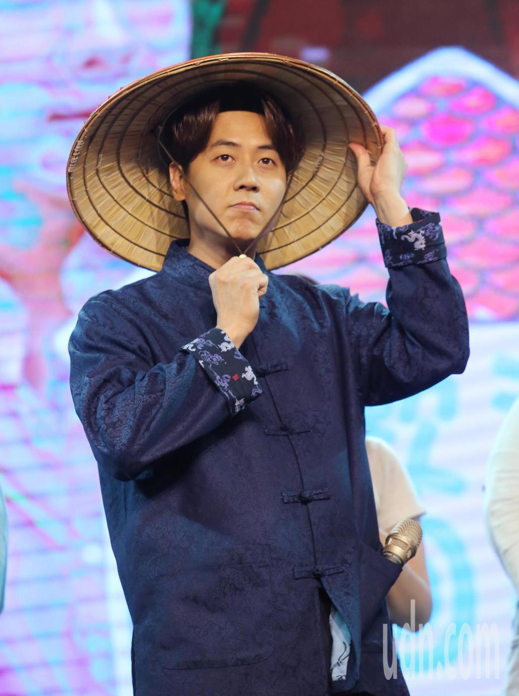 韓男團神話成員李先鎬(圖)下午與粉絲見面,粉絲們送上各式跟「家」有關的禮物,其中...
