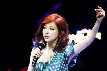 王心凌26日前往上海出席「QQ炫舞10周年盛典」,開場在12人舞群陪伴下肩絕美登場,演唱12分鐘組曲將「月光」、「睫毛彎彎」、「彩虹的微笑」、「Honey」,此外也演唱了點播率超過3億次的「水仙」,...