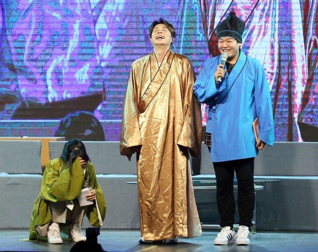 Andy穿古裝跟主持、翻譯在台上笑翻。記者許正宏/攝影