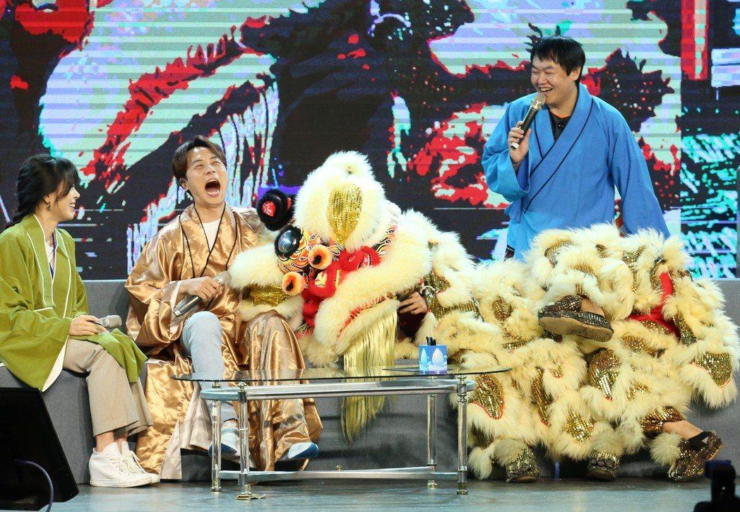 南韓長青男子團體神話成員李先鎬(左二)再次為「紅心字會」公益活動訪台,未曾近距離...