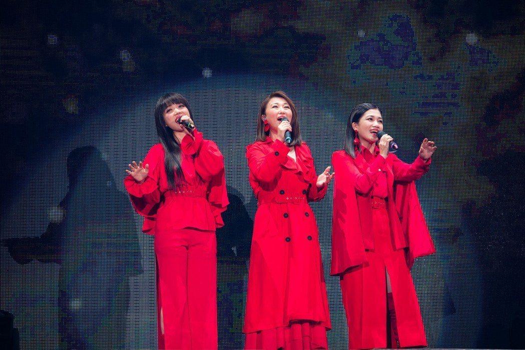 黃妃(右起)、王瑞霞、秀蘭瑪雅合組「大齡女團」S.H.W開唱。圖/寬宏藝術提供