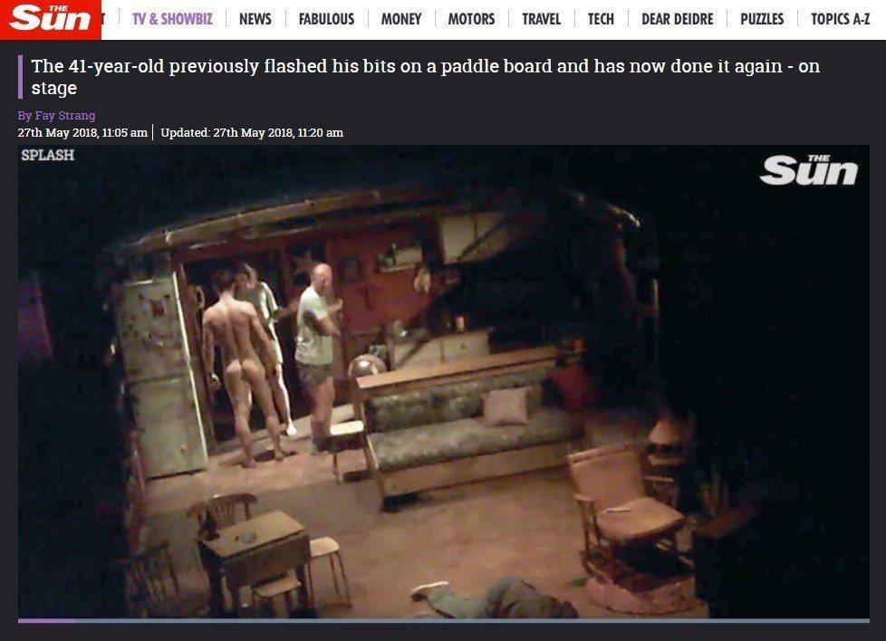 奧蘭多布魯在最新舞台劇中背面全裸。圖/翻攝自The Sun