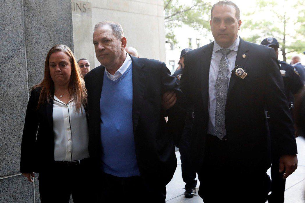 哈維溫斯坦(中)被押送至紐約法庭。(路透)