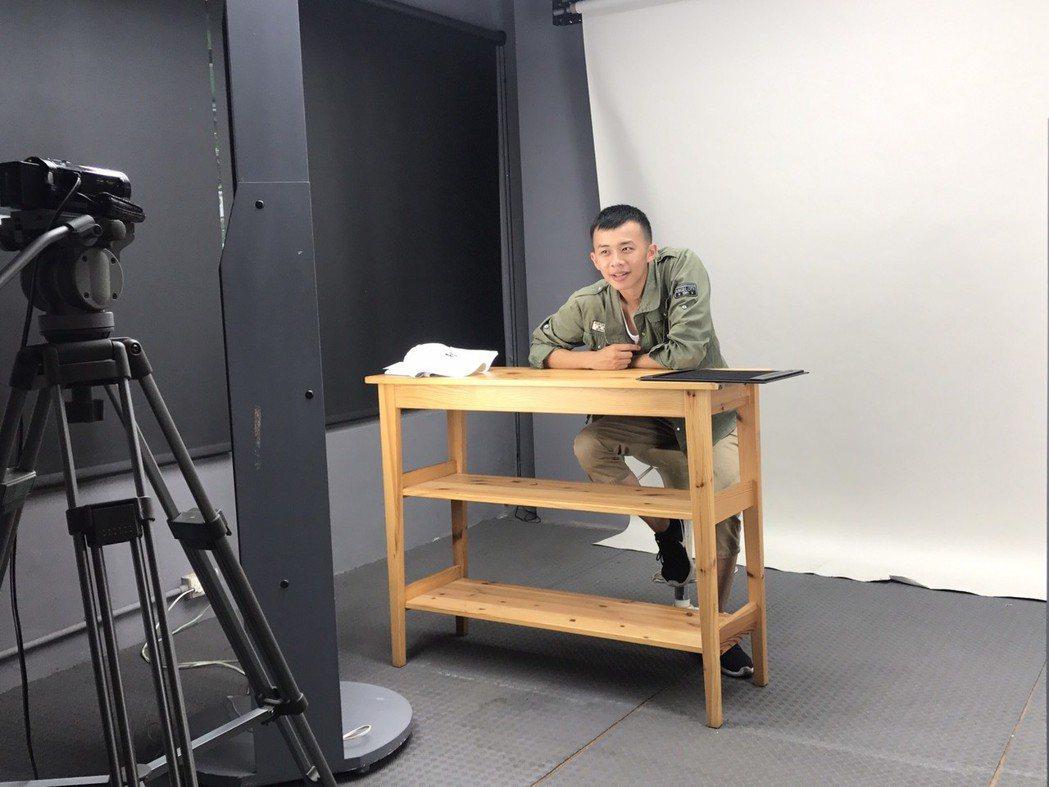 吳政迪在軍中趁空寫劇本,完成自編自導自演作品。圖/修毅提供
