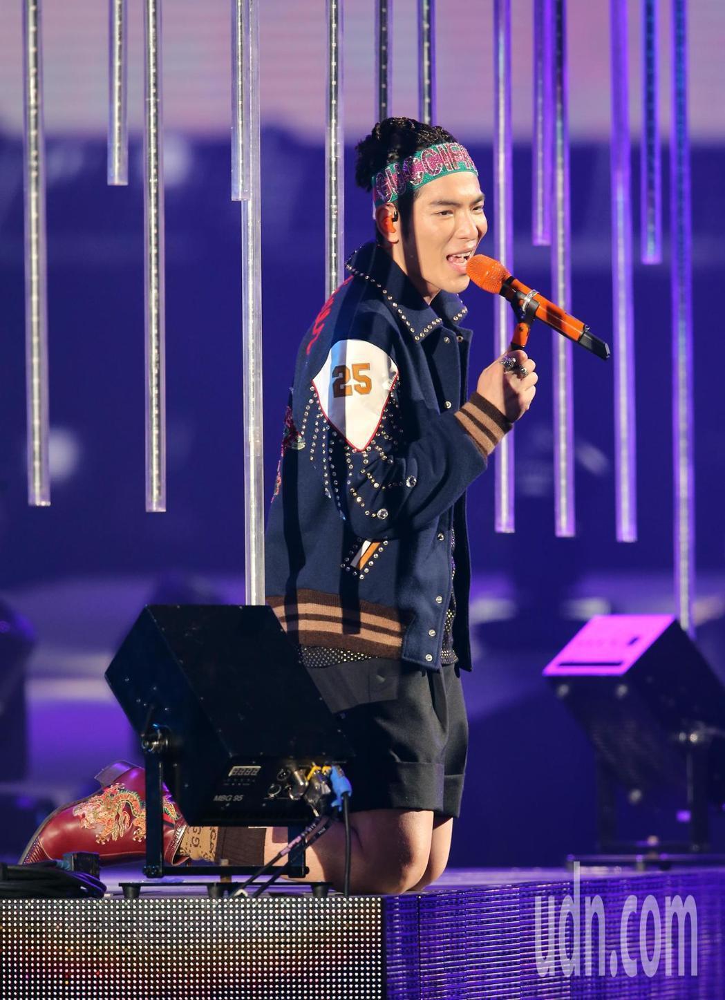 蕭敬騰第四度登上台北小巨蛋舉辦演唱會,跪下來向歌迷唱歌。記者許正宏/攝影