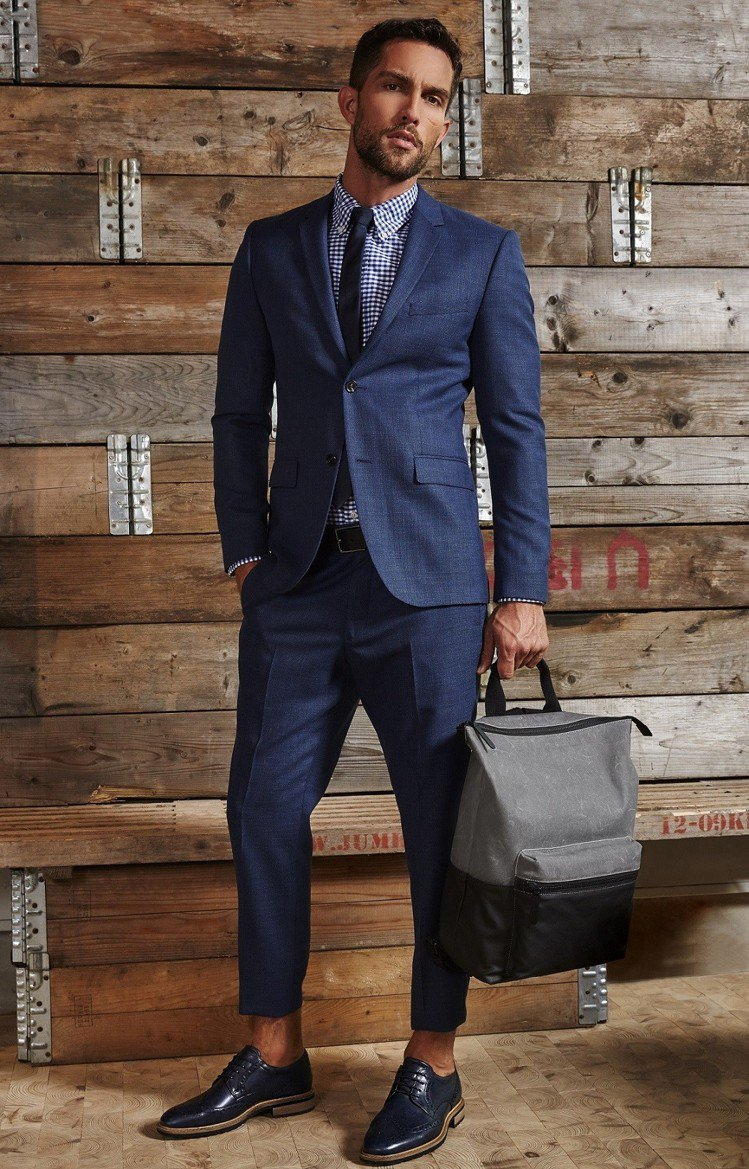 ECCO本季推出紳士皮鞋VITRUS I皮鞋結合了粗獷元素與雕花設計,採用手工拋...