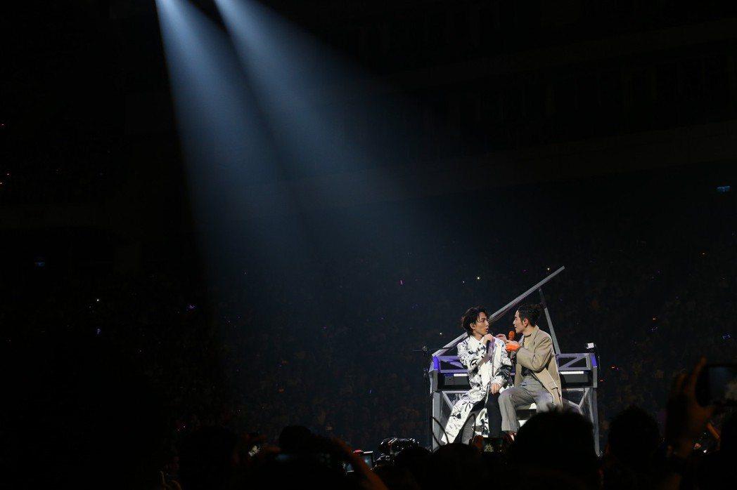 蕭敬騰(右)2018《娛樂先生 世界巡迴演唱會》晚上在台北小巨蛋舉行,林宥嘉(左...