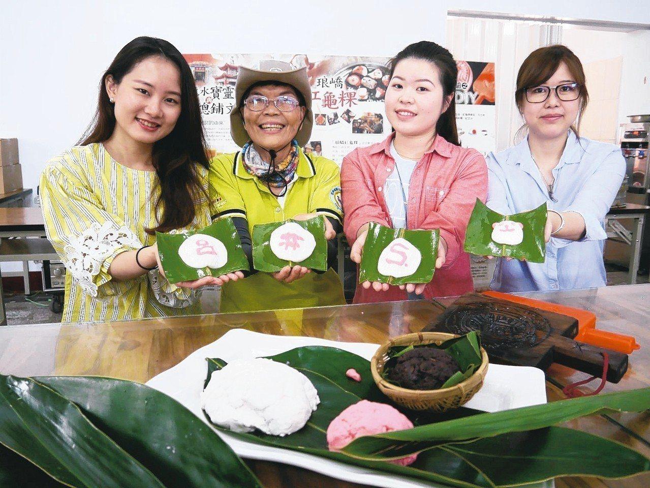 製作紅龜粿,還有達人教作,這款墾丁遊很是另類有趣。 記者羅建怡/攝影