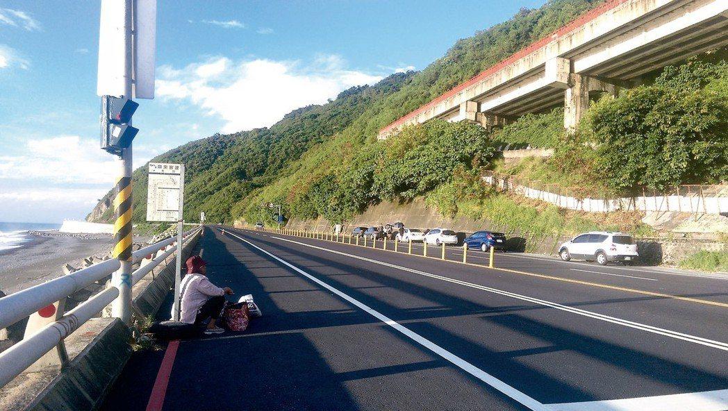 這張本報台東記者尤聰光在去年十月拍下一名老婦人蹲坐在無遮蔽的南迴公路上、等待久久...