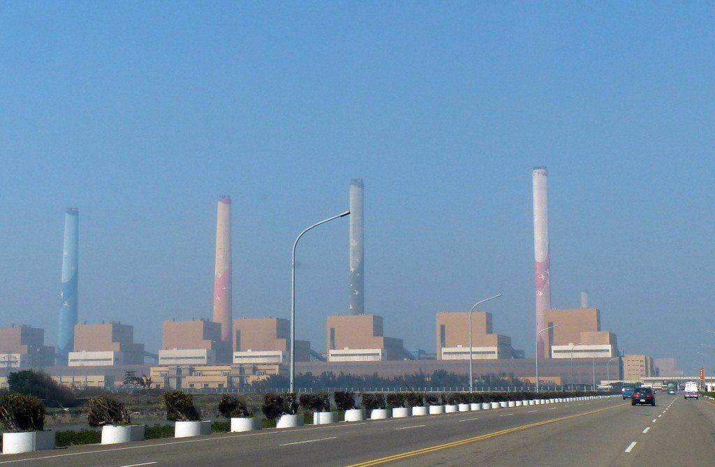 全台用電量屢創新高,各界憂心夏季面臨缺電危機,圖為台中火力發電廠。 圖/聯合報系...