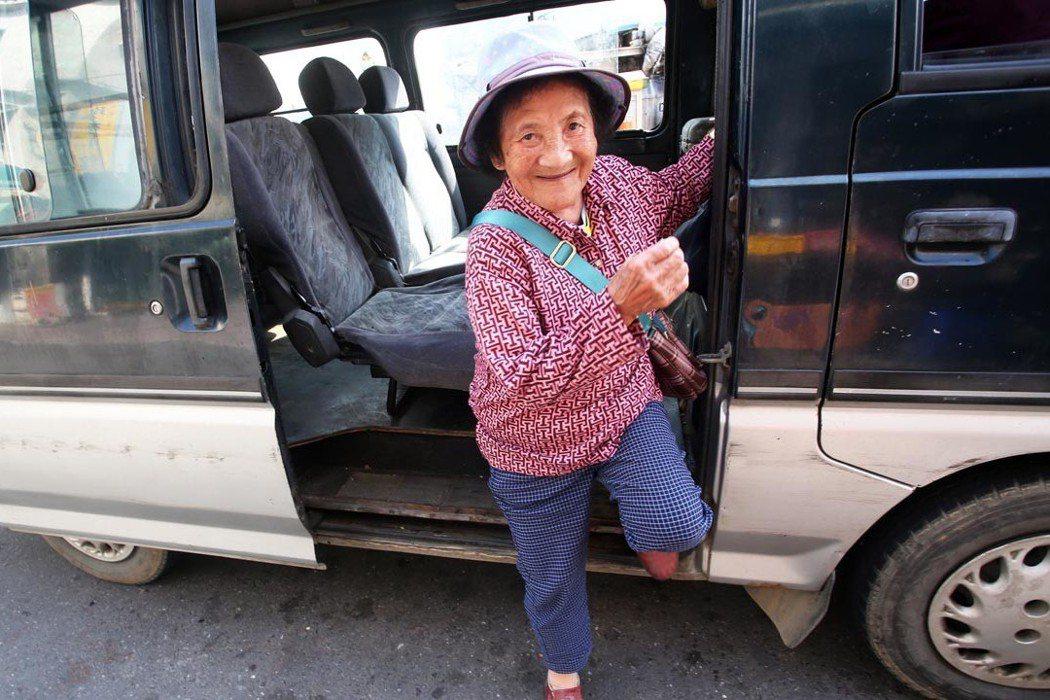 屏東縣春日鄉推動DRTS,每周都有專車上山,讓有需要下山就醫的老人家可以安心搭乘...