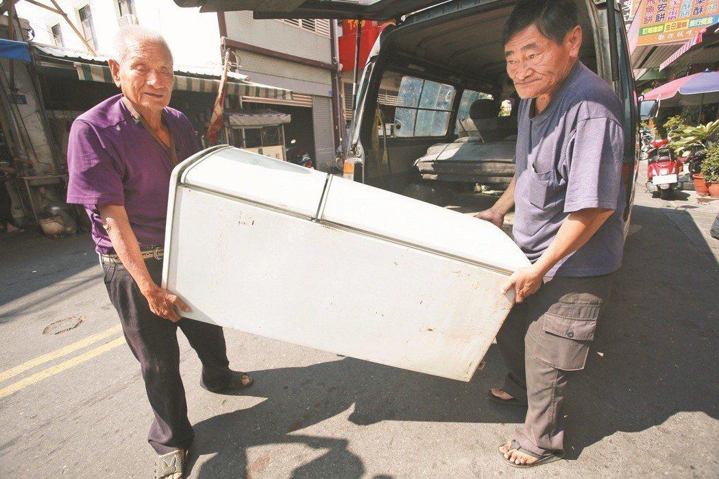 林春誧的後車廂還有個大冰箱等著他搬去修。記者劉學聖/攝影