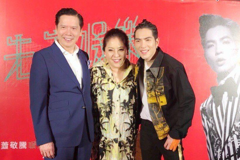 蕭敬騰(右)27日晚上在慶功宴上與香港娛樂大亨向華強夫妻合照。記者黃保慧/攝影