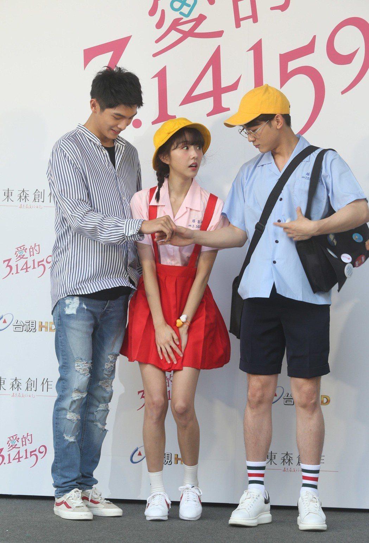 東森新戲「愛的3.14159」舉行開鏡儀式,演員邵雨薇(中)、吳思賢(右)、陳大...