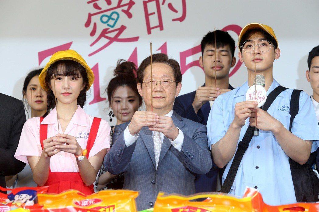 東森新戲「愛的3.14159」舉行開鏡儀式,演員邵雨薇(左)、吳思賢(右)和東森...
