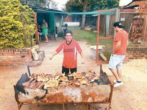 南美豪邁的烤肉方式。cyaontheroad.com人在旅途/攝影