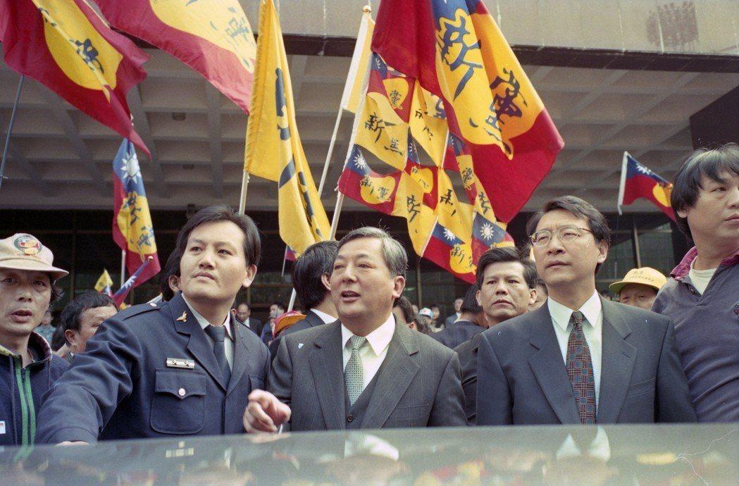 1994年前台北市黃大洲(中)與趙少康(右二)都認為自己可以當選,結果兩敗俱傷。...