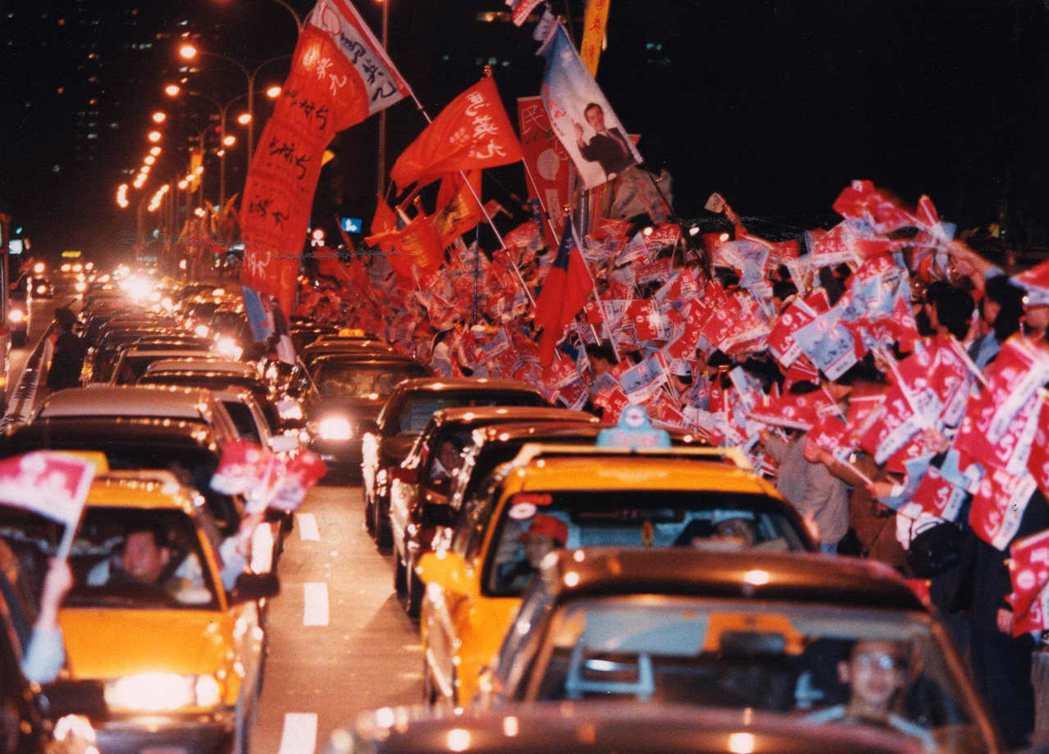 1998年馬英九挑戰陳水扁的台北市長「經典戰」,投票綠高達80.89%。圖為勝選...
