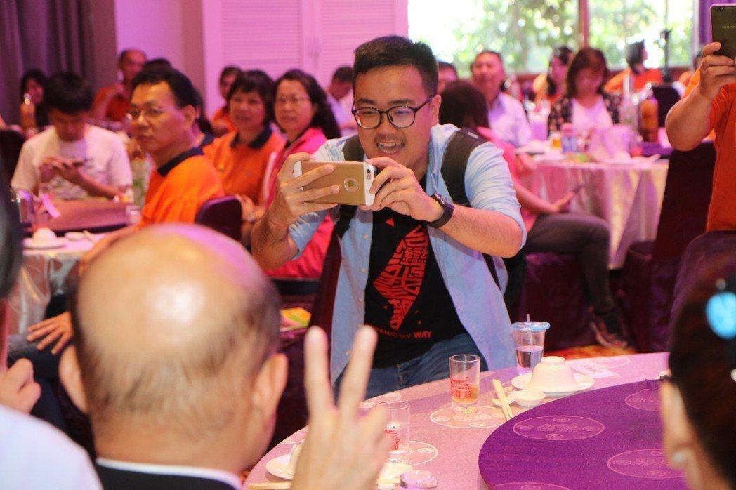 蘇貞昌競選辦公室發言人黃韋鈞曾參與太陽花學運,現在協助處理蘇的形象及傳達訊息。 ...