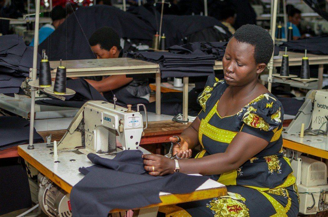 二手衣嚴重衝擊盧安達等東非國家成衣業。圖為盧安達首都吉佳利一間成衣廠裁縫工人。 ...