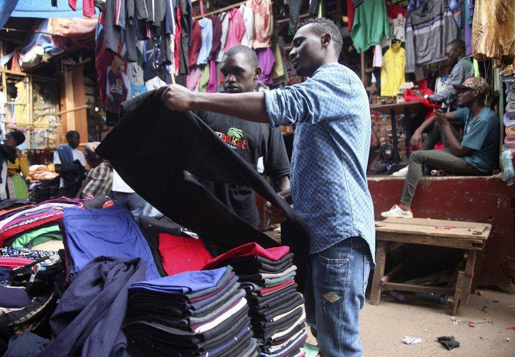 烏干達首都坎帕拉的二手衣攤商。 (美聯社)