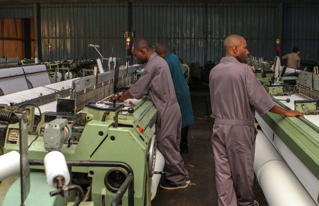 盧安達等非洲國家成衣業不敵二手衣競爭,相繼委縮。圖為盧安達一座成衣工廠。 (路透...