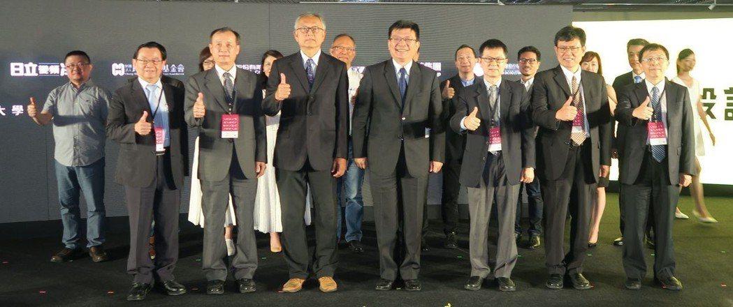 產學合作企業代表與經濟部次長曾文生(前排中)合影。 陳華焜/攝影