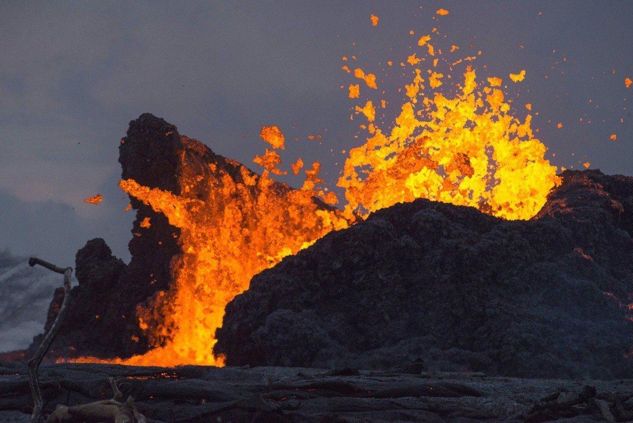 美國夏威夷幾勞亞火山(Kilauea)噴發所產生的霧靄今天籠罩3700公里外的馬...