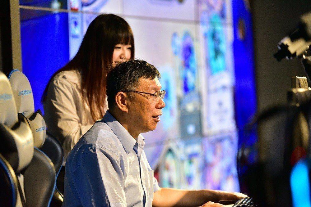 台北市長柯文哲登上舞台體驗《爐石戰記》,為賽事擔任開賽嘉賓。