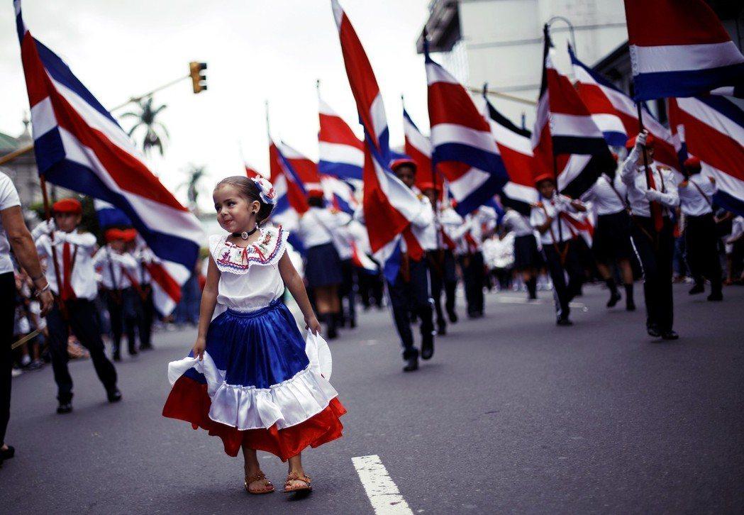 「軍隊被永久禁止作為制度的一部分。」1949年,哥斯大黎加透過修憲,正式廢除國家...