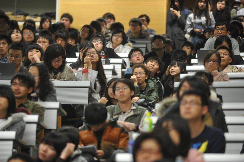 大學教授批評教育部要降低必修學分,國文通識課首當其衝。報系資料照
