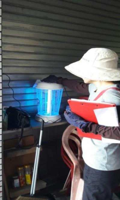 高市衛生局防疫人員在個案住家及周邊9處豬、雞、鴿舍懸掛13盞捕蚊燈,半徑2公里範...