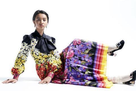 木村拓哉的么女木村光希正式出道!15歲的她以模特兒之姿初試啼聲,第一份工作獻給「ELLE」日本版雜誌,成為7月號的封面人物。28日「ELLE」曝光她一系列照片,立刻在網路上引發熱烈討論,因為木村光希...