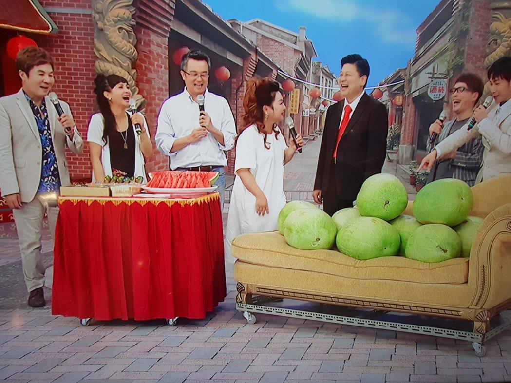 傅崐萁被白冰冰逗得大笑。記者李姿瑩/攝影