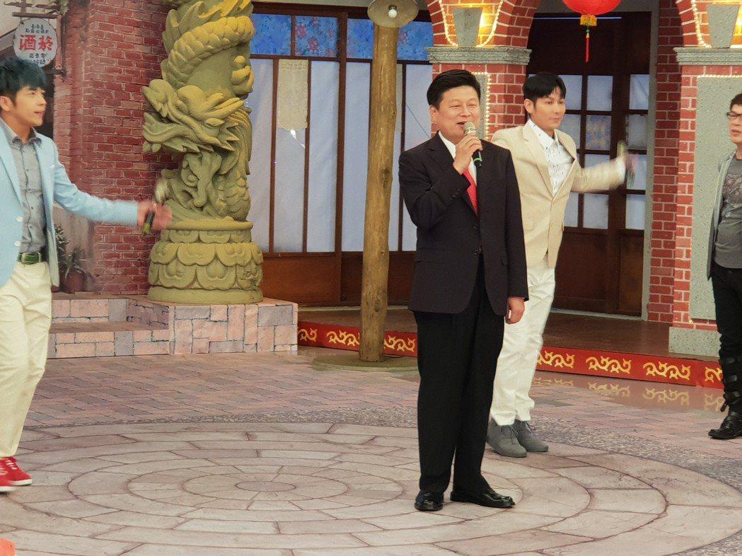 傅崐萁高歌一曲。記者李姿瑩/攝影