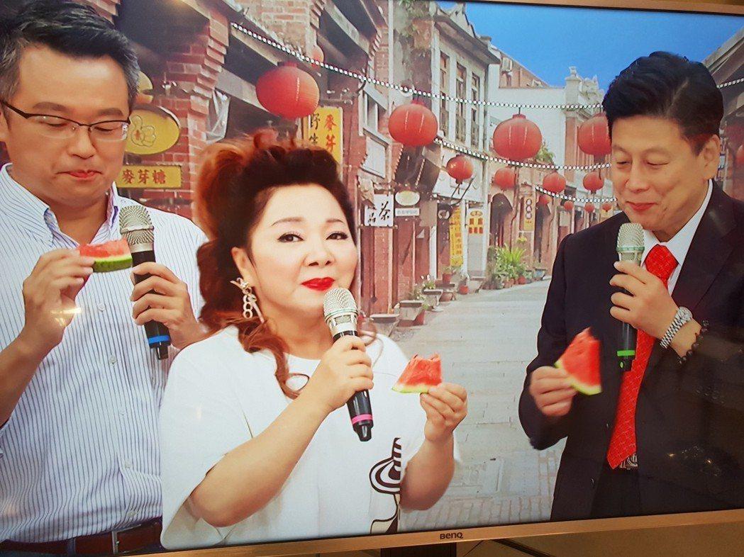 白冰冰和傅崐萁吃西瓜。記者李姿瑩/攝影
