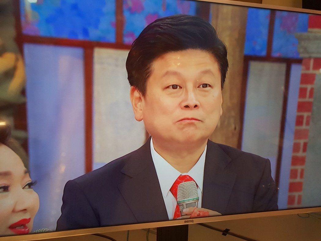 傅崐萁吃西瓜模樣呆萌。記者李姿瑩/攝影